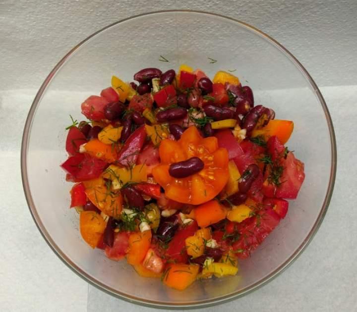 Sałatka pomidorowa z czerwoną fasolą