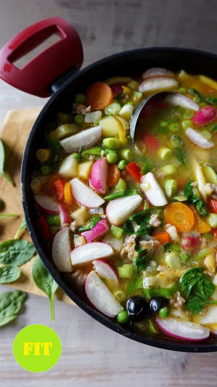 Zupa minestrone z młodych warzyw z mielonym indykiem