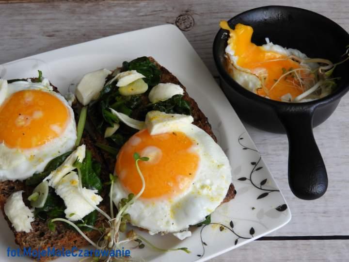 Kanapki ze szpinakiem, mozzarellą i jajem