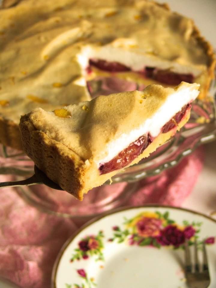 Kruche ciasto a'la tarta ze śliwkami i bezową pianką z rosą