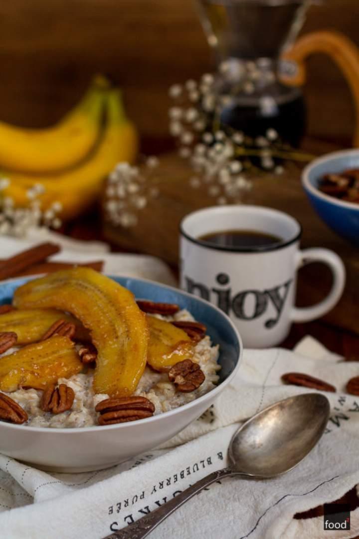 Owsianka z karmelizowanymi bananami i orzechami pekan