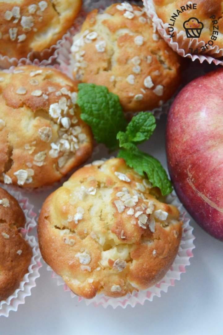 Babeczki jogurtowe z jabłkami i płatkami owsianymi