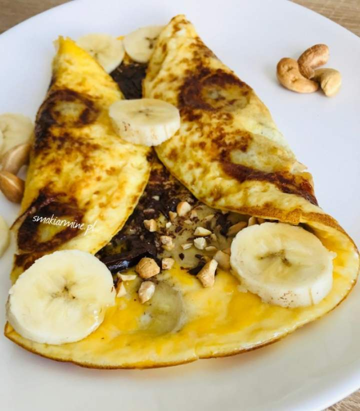 Omlet z bananem, orzechami i gorzką czekoladą