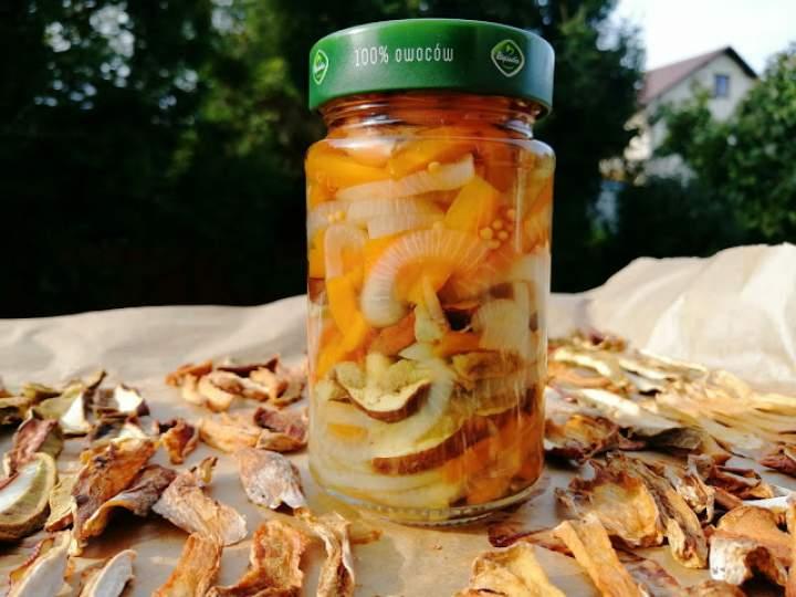 Sałatka marynowana z leśnych grzybów, marchewki i cebuli