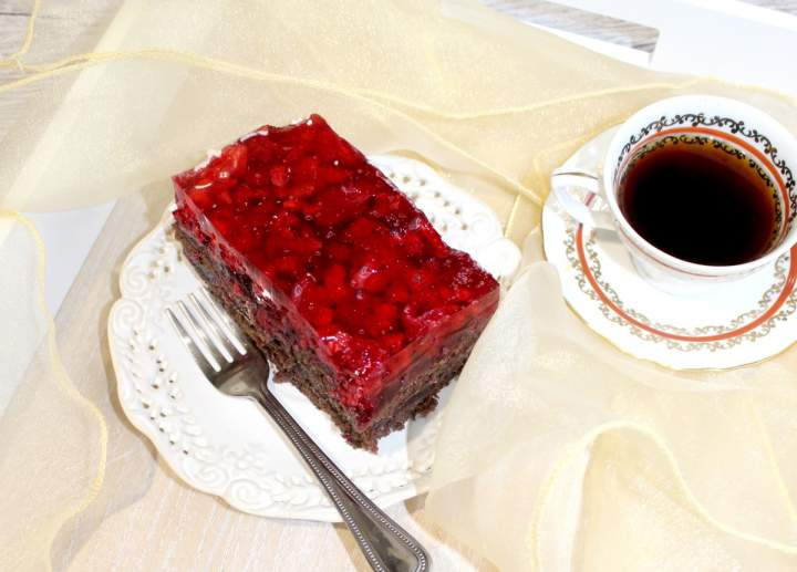 Ciasto czekoladowe z owocami, marmoladą i galaretką