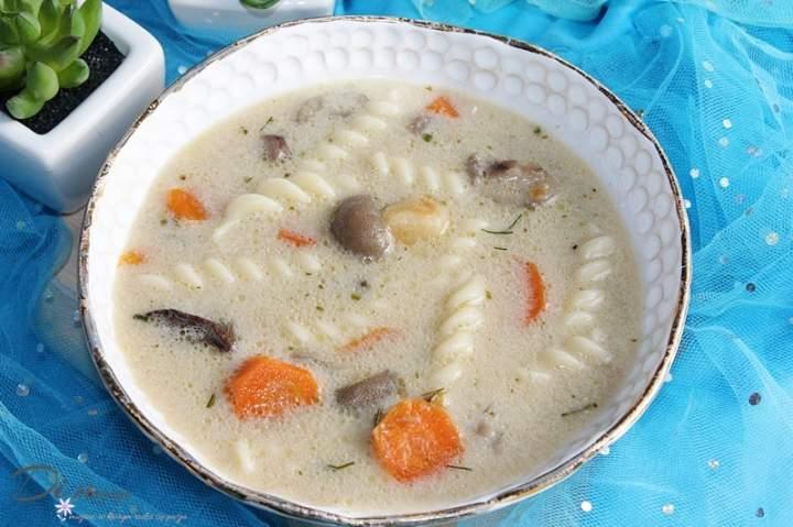 Zupa ze świeżych grzybów z makaronem
