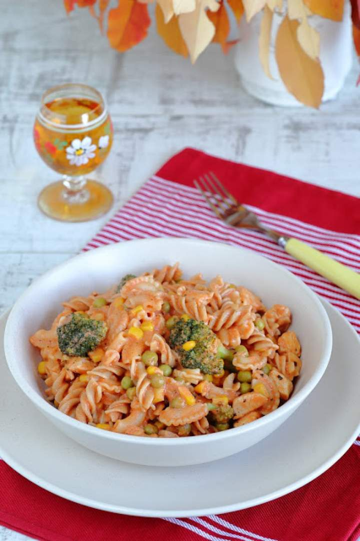 Makaron z kurczakiem i warzywami w sosie śmietanowo-pomidorowym