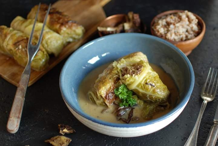 Niskowęglowodanowe gołąbki z mięsem i kapustą w sosie śmietanowo-grzybowym (low carb)