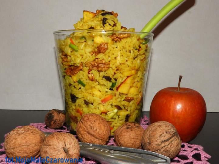 Sałatka z ryżu z orzechami włoskimi