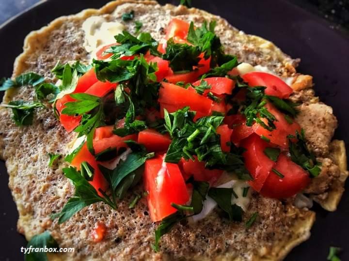 Omlet fit z serem pleśniowym i pomidorami
