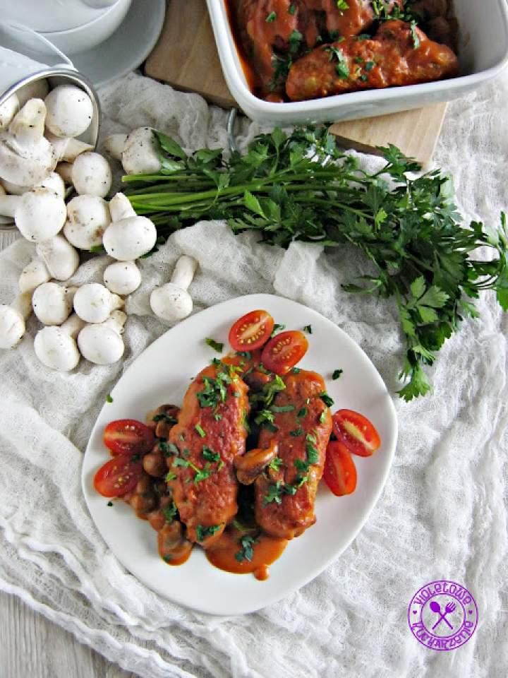 Roladki z mięsa mielonego w sosie pomidorowym z pieczarkami