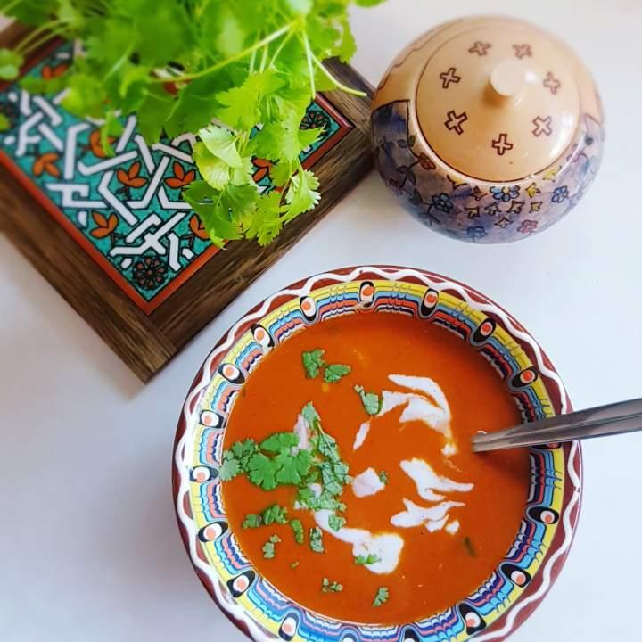 Zupa z soczewicą, czosnkiem i przyprawami, na mleczku kokosowym