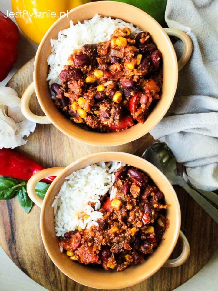 Chili sin carne – wegańskie chili z wędzonym tofu