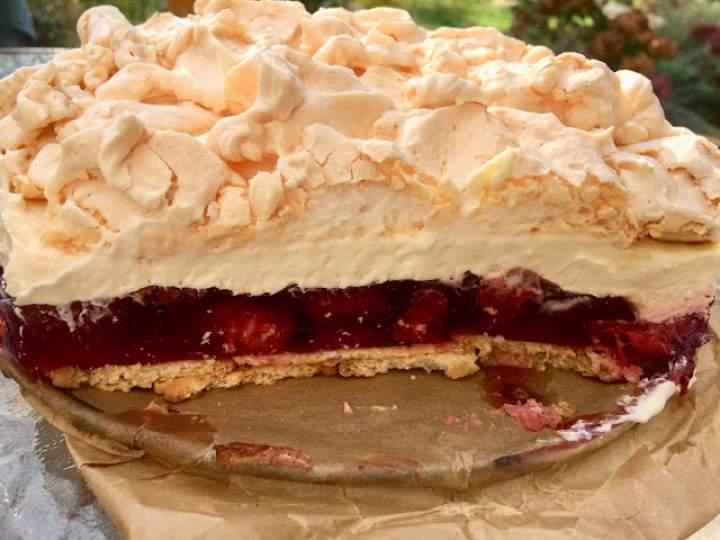 Truskawkowa chmurka – pyszne ciasto z galaretką, bezą i bitą śmietaną