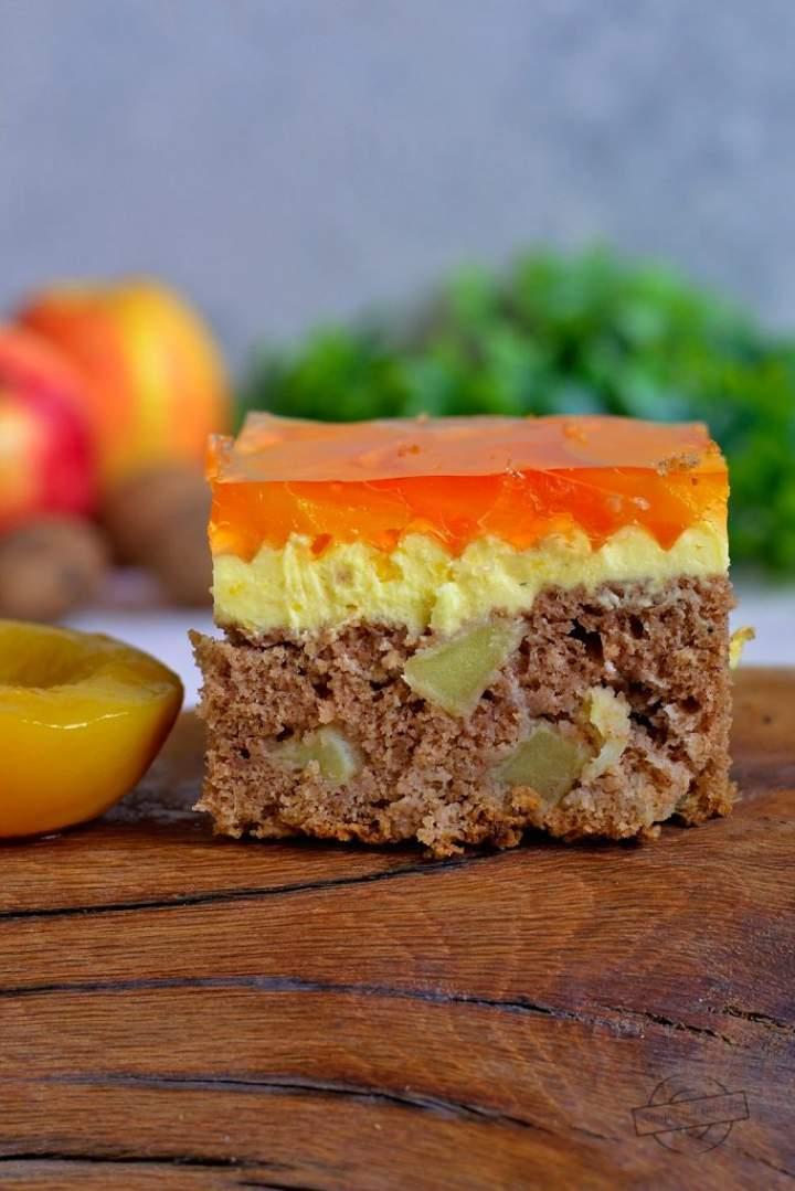 Piernikowo-jabłkowe ciasto z brzoskwiniami i galaretką
