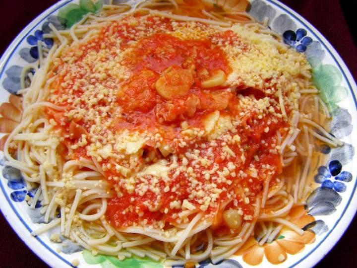 na szybko makaron z sosem czosnkowo-pomidorowym, szynką szwarcwaldzką,serem…