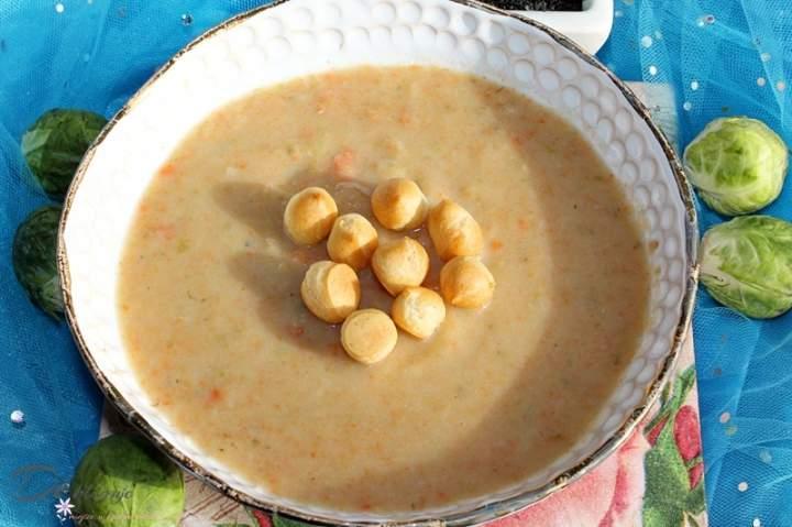 Zupa krem z ziemniakami, marchewką i brukselką