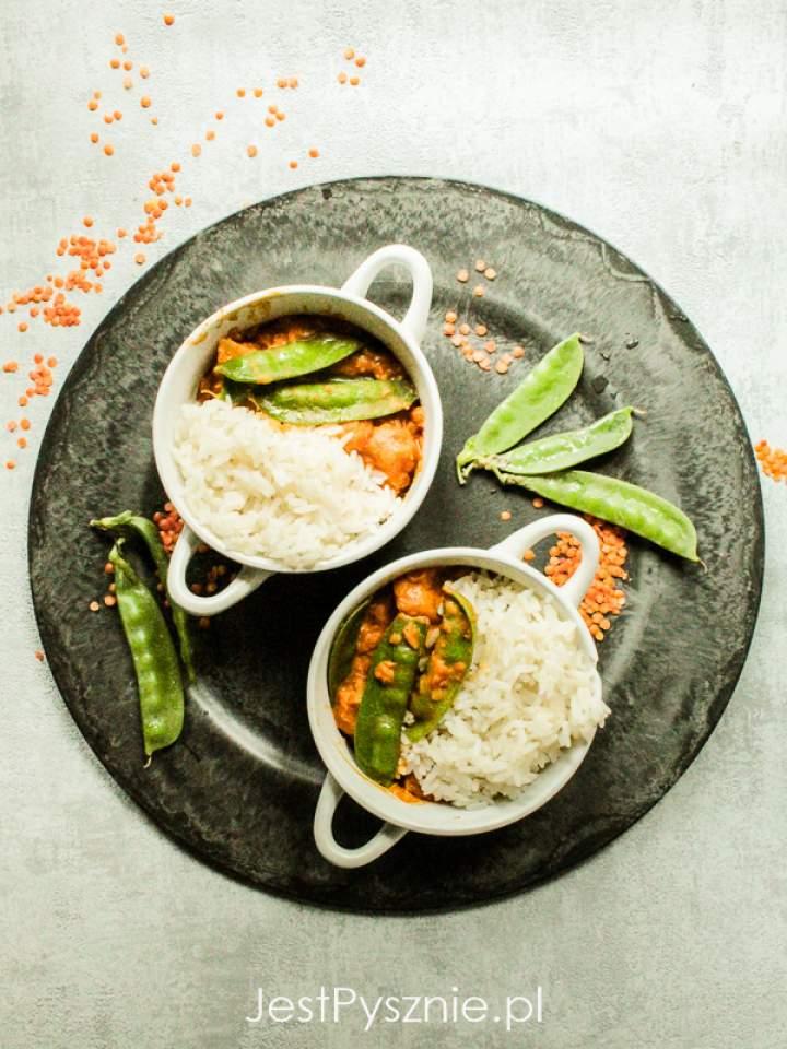 Curry kokosowe z soczewicą, dynią i groszkiem cukrowym