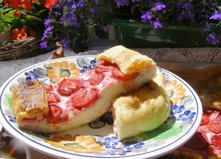 szybkie, łatwe, smaczne ciasto francuskie z serem, truskawkami…