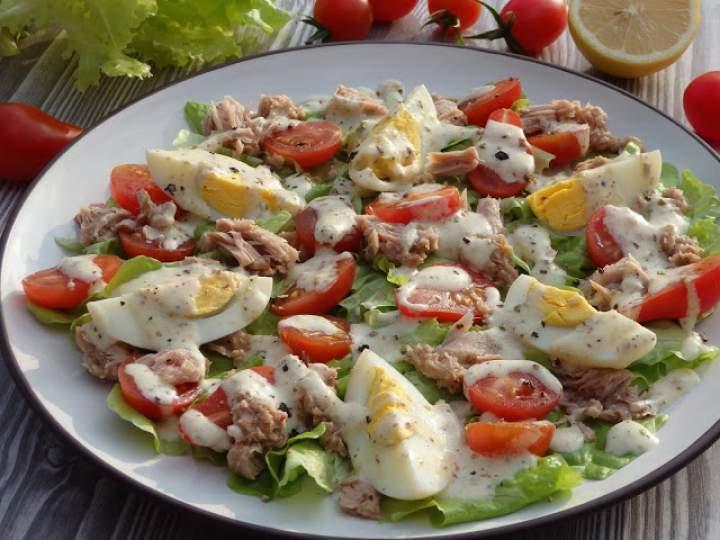 Sałatka z tuńczykiem, jajem i pomidorkami