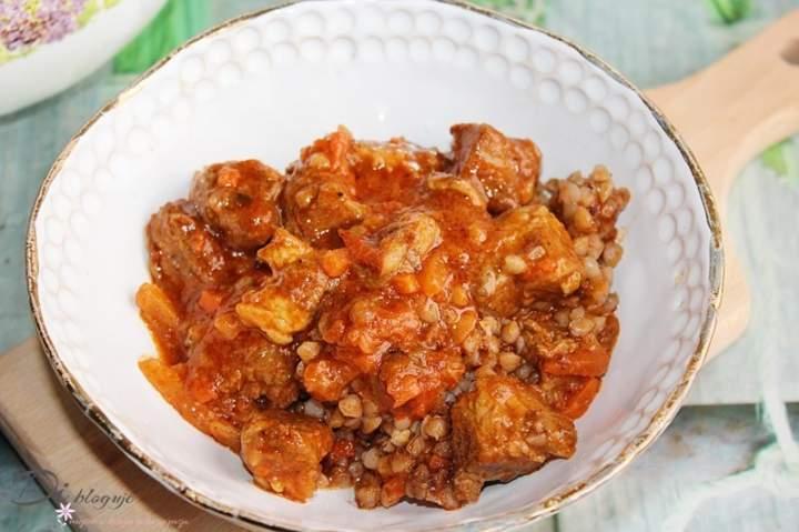 Gulasz wieprzowy z warzywami w sosie pomidorowym (bez zagęszczania)