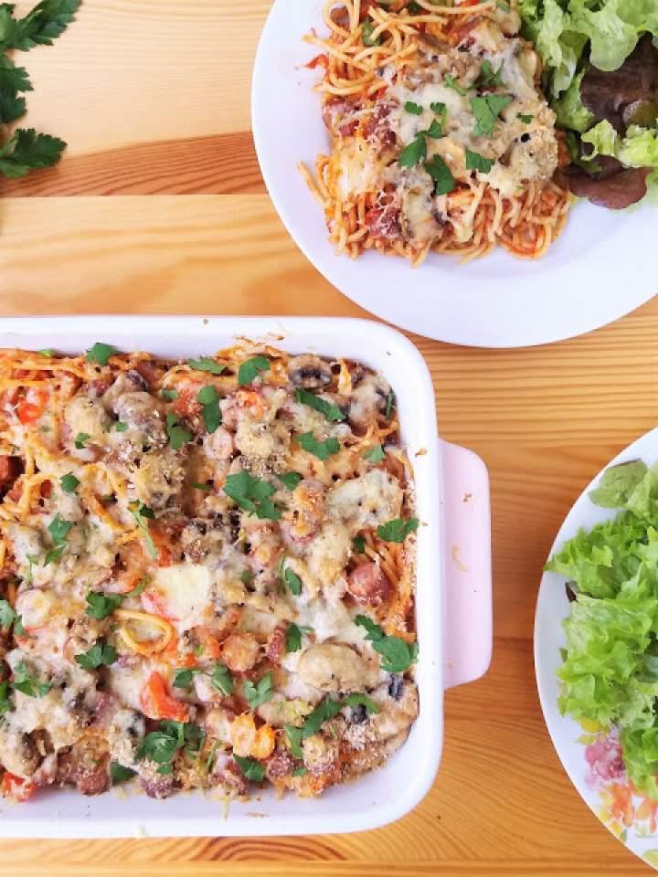 Zapiekanka z makaronem spaghetti, pieczarkami i kiełbasą / Spaghetti Casserole with Sausages and Mushrooms