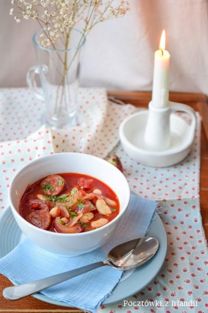 Szybka pomidorowa z fasolą i chorizo