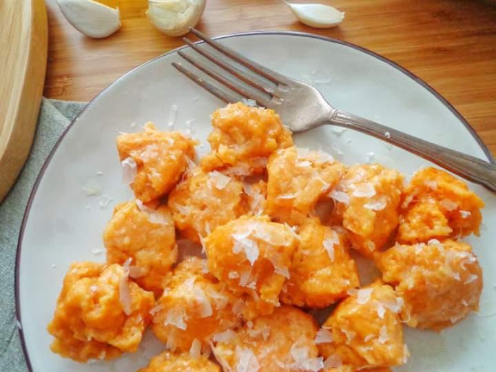 Kładzione kluski ze słodkich ziemniaków z czosnkowym masełkiem (Gnocchi di patate dolci con burro all'aglio)