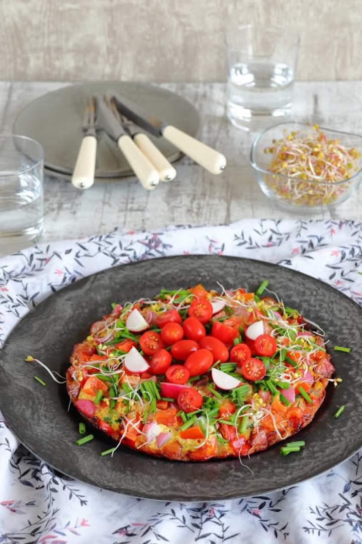 Kolorowy omlet z kiełbasą i warzywami