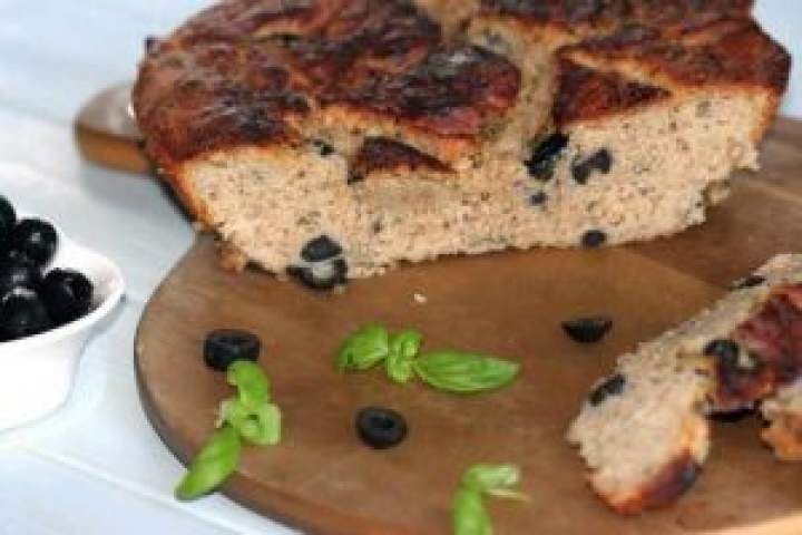 Chleb z oliwkami i czosnkiem.
