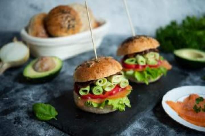 Domowe hamburgery z wędzonym łososiem