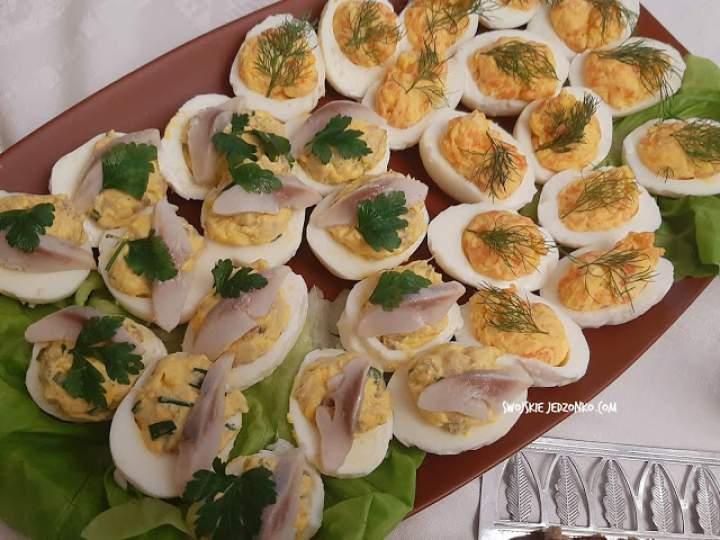Jajka faszerowane  na 2 sposoby – łososiem i śledziem