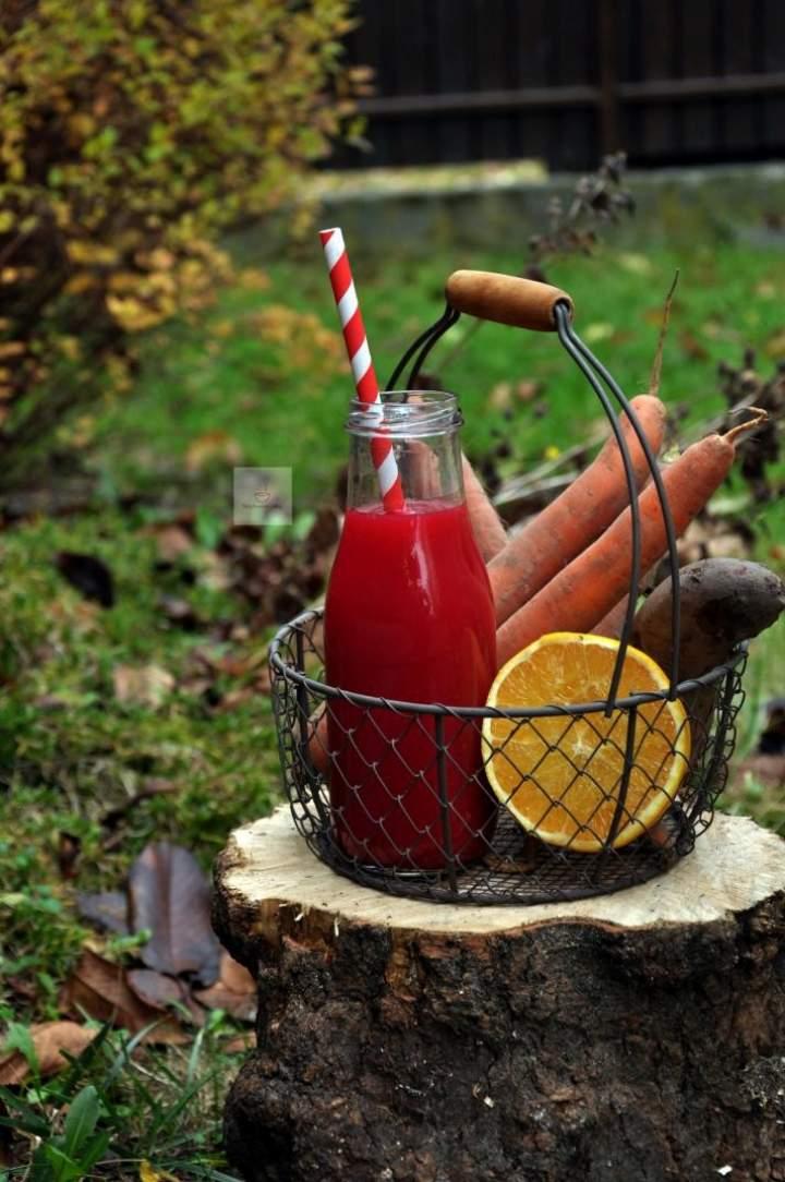 Świeży sok z burakiem i pomarańczą