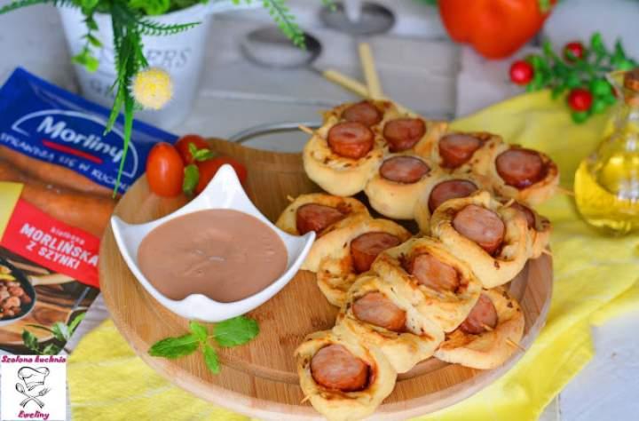 Drożdżowe szaszłyki z kiełbasą, serem i nutą prażonej cebulki