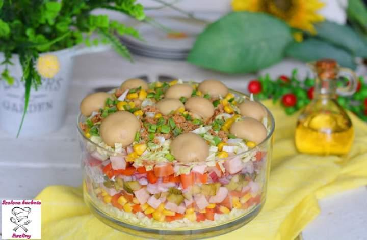 Sałatka z wędzoną kiełbaską w towarzystwie kolorowych warzyw