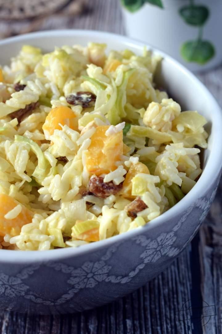 Sałatka ryżowa z wędzonym kurczakiem i porami