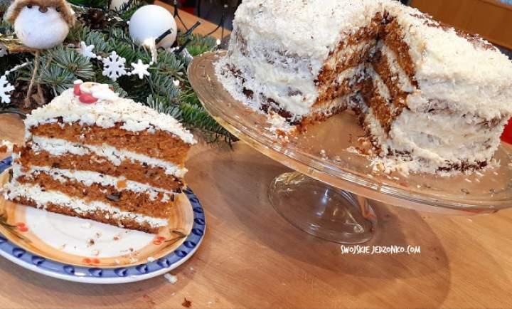 Zimowy tort marchewkowo – piernikowy z bakaliami i białą czekoladą