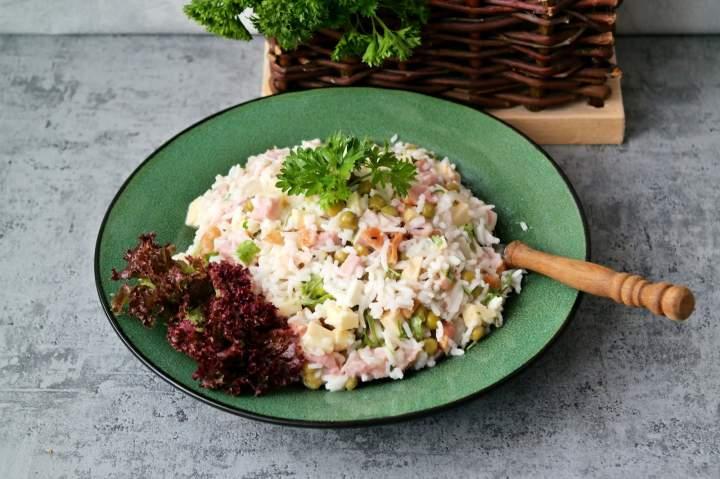 Sałatka ryżowa z wędzonym kurczakiem