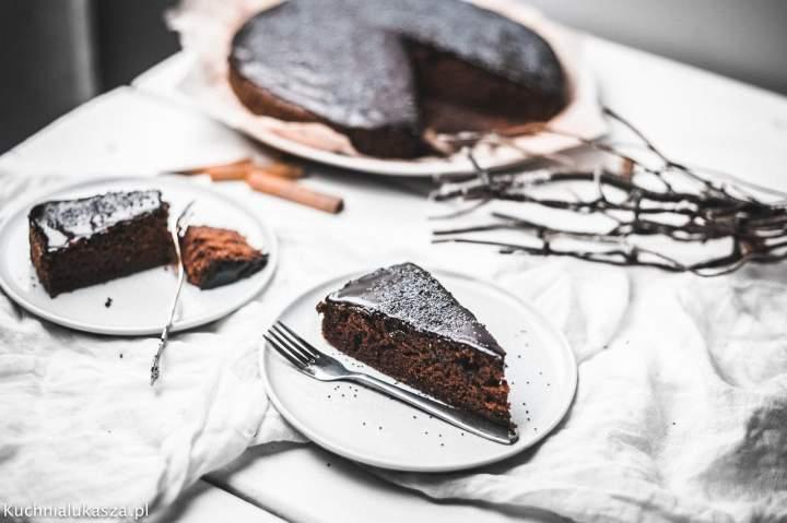 Wilgotne ciasto korzenno-czekoladowe z makiem