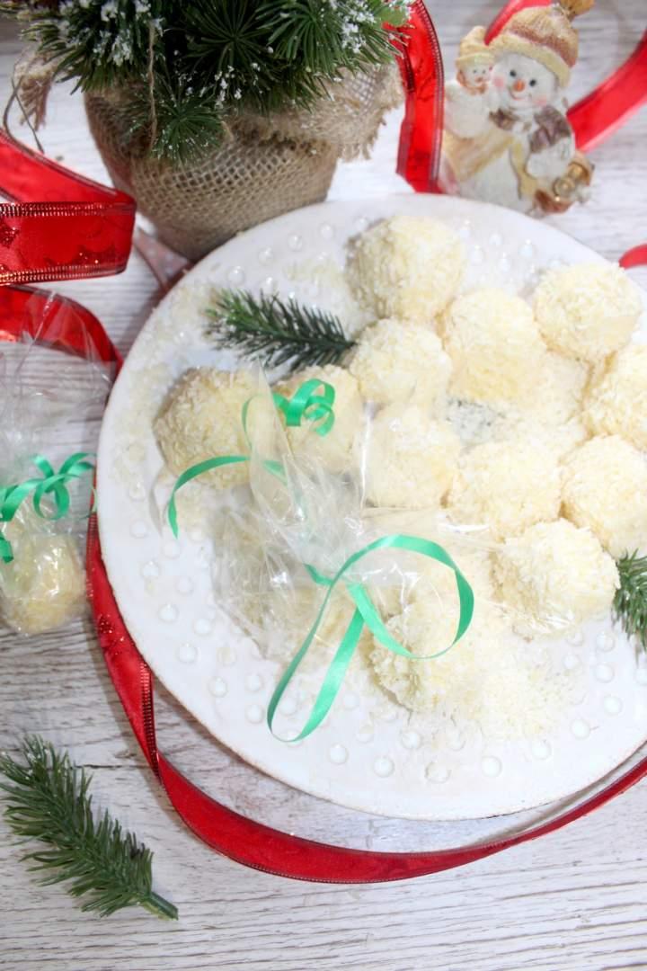 Jadalny prezent od serca – domowe kokosowe kuleczki a la rafaello