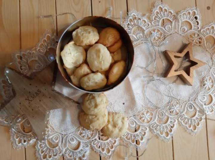 Amerykańskie ciasteczka z białą czekoladą i migdałami