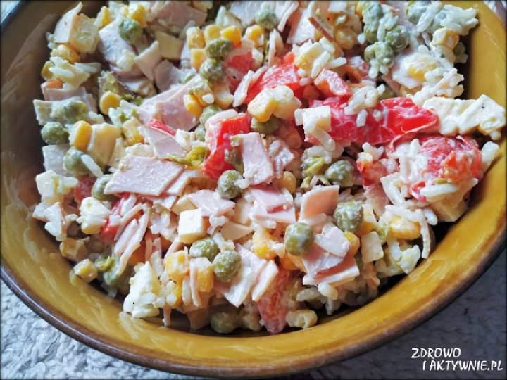 Sałatka ryżowa z szynką i serem