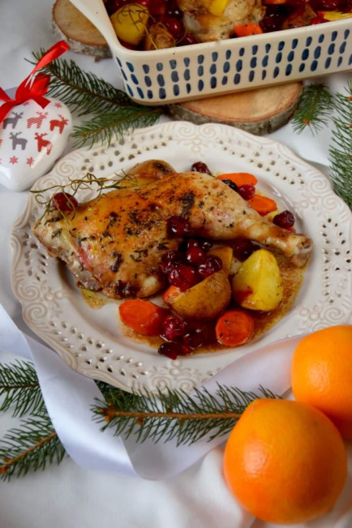 Udka kurczaka pieczone w żurawiną, pomarańczami i marchewką