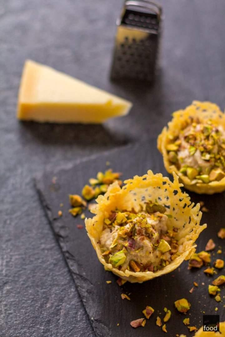 Parmezanowe koszyczki z musem tuńczykowym i pistacjami