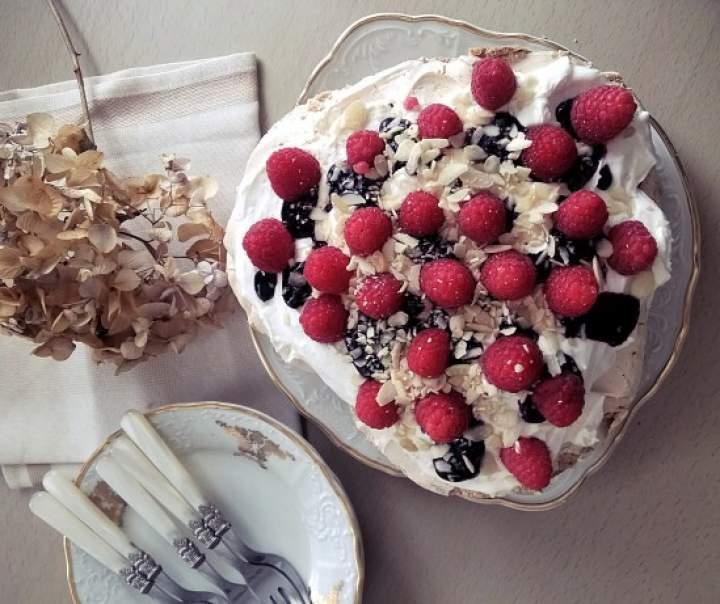 Torcik bezowy z bitą śmietaną, mascarpone i owocami