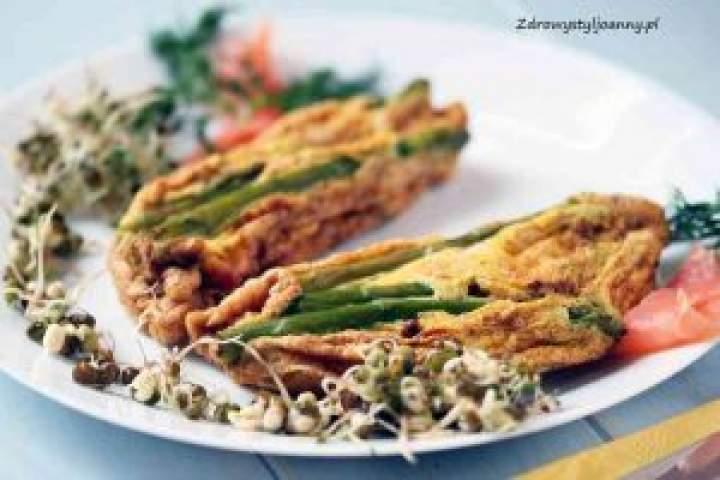 Omlet ze szparagami i łososiem.