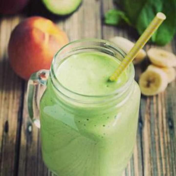 Zielony koktajl z chia szpinakiem i ananasem.