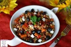 Sałatka z kaszą pęczak, kabanosami, warzywami i sosem francuskim