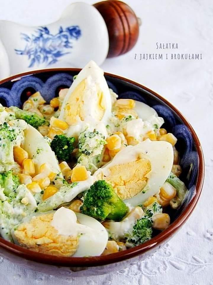 prosta sałatka z brokułami i z jajkiem