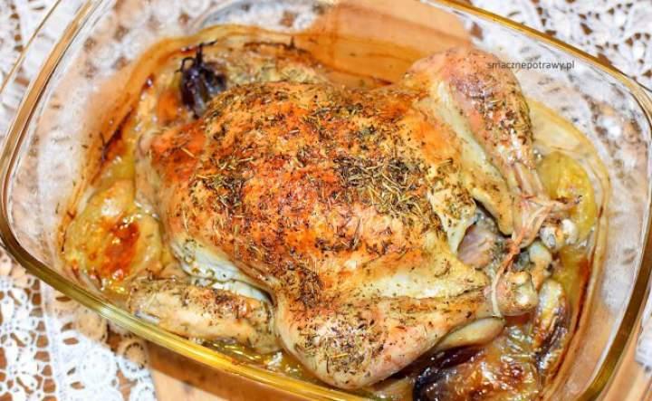 kurczak pieczony z masłem, czosnkiem i ziołami